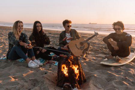 fiatalok a tengerparton