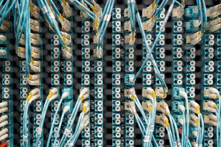 szerver hosting, kábelek és bemenetek