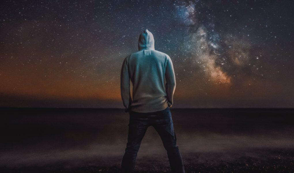 motivációs térkép képzés, motivált srác éjszaka csillagokkal